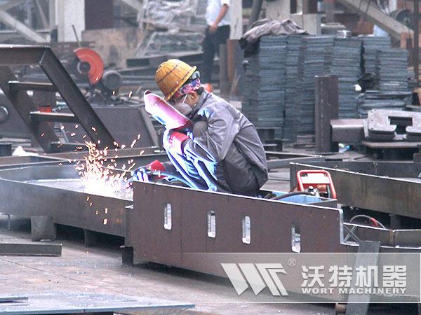 沃特技术工人正在认真焊接